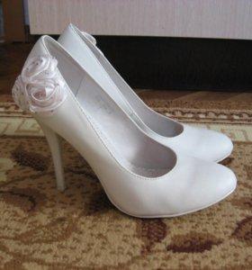 Продам свадебные белые туфли