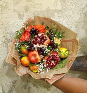 Клубнично цветочные букеты