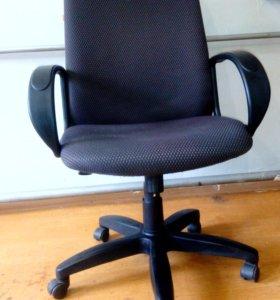 Офисное кресло серое, широкое, до 120 кг.