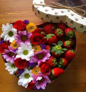 Коробочка с цветочками и клубникой