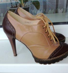 Женские кожаные ботинки на каблуке.