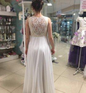 Платье белое с жемчугом