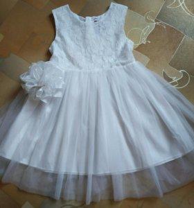 Красивое белое платье с бантом