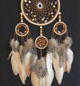 Бежево-карамельный ловец снов с перьями цесарки