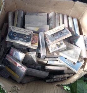 Коробка старых кассет для магнитофона