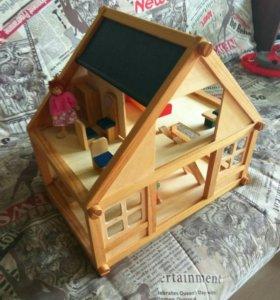 Деревянный домик с мебелью и куклами