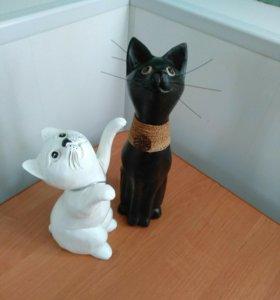 Деревянные статуэтки в виде кошек