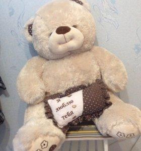 Большой медведь с подушкой