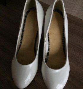 Туфли белые, одеты один раз.
