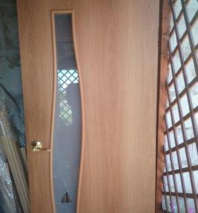 Дверь межкомнатная с коробкой, ручкой навесами.
