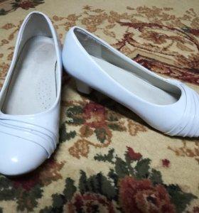 Туфельки на каблучке для девочки белые
