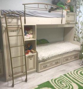 Детская двухъярусная кровать и стол рабочий