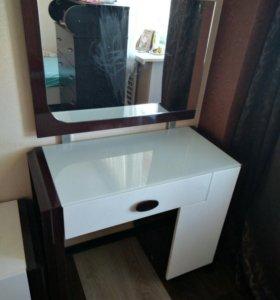 Стол с зеркалом и ящиками