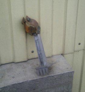 Приспособление к лопате или вилам