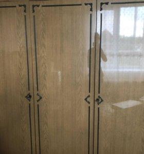 Шкаф,тумбочки и комоды