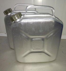 Канистры 10 и 25 литров.