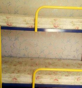 Детская двухъярусная кровать с матрасами.