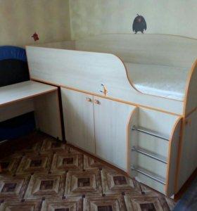 Кровать со столом и шкафом.