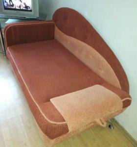 Школьный уголок и диван.