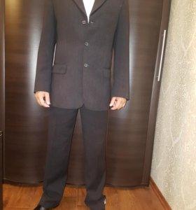 Черный и бежевый костюмы
