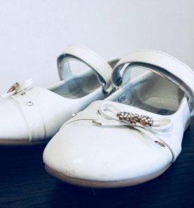 Туфли белые праздничные размер 27,28