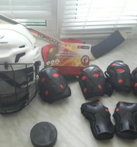 Набор для хоккея защита и шлем на пацана 4-6лет
