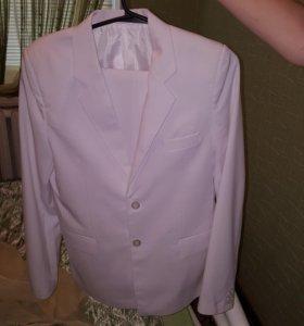 Ярко белый костюм с рубашкой