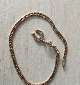 Золотой браслет с подвеской.