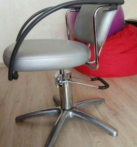 Тележка, кресло и зеркало парикмахера