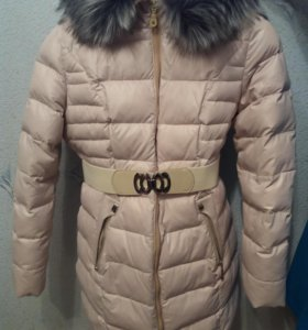 Зимний бежевый пуховик с капюшоном и ремнем