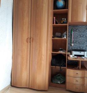 Стенка, со столом, плательным шкафом и краватью