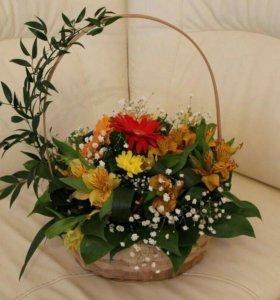 Корзинка цветов с живой бабочкой