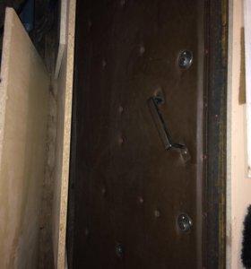 Дверь железная, обшита, 2 замка с ключами