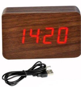 Электронные часы в деревянном корпусе