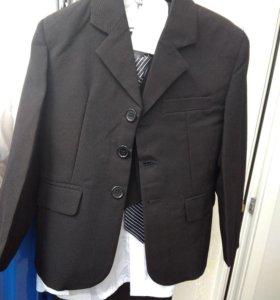 Новый костюм.Размер-3-4года.