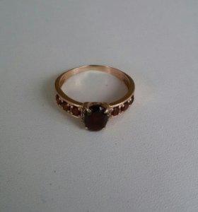Золотое кольцо с гранатом и феонитами