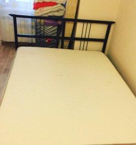 Кровать с матрасом и рейками
