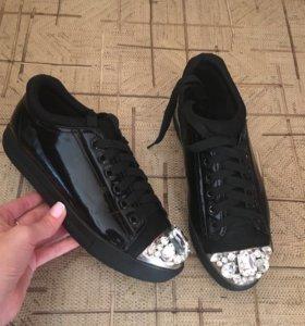 Ботинки с камнями