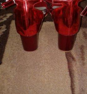 Продаются новые босоножки на каблуке.