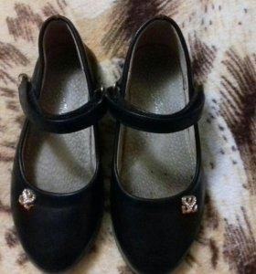 Школьные туфли на девочку.