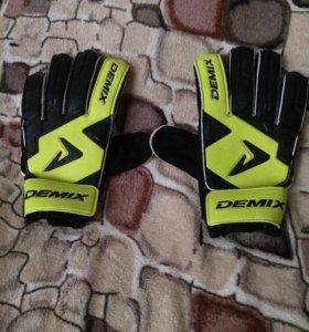Футбольные перчатки Demix