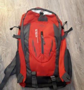 Отличный рюкзак, водонепроницаемый.. вместительный