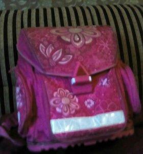 Рюкзак для девочки в школу красивый вместительный.