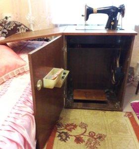 Машинка швейная с ножным приводом.