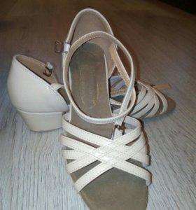 Детские туфли для танцев.
