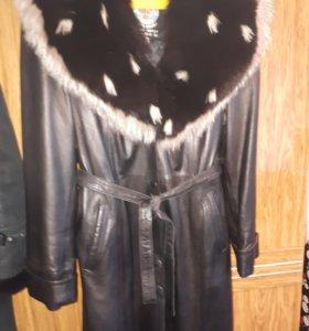 продаю кожаное пальто с меховым воротником дублен