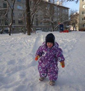 Зимний комбинезон, шапку и валенки.