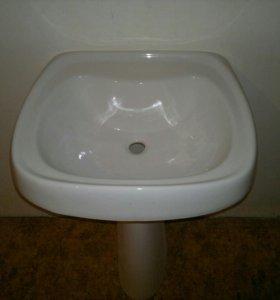 Раковина с подставкой в ванную комнату