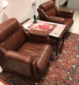 Кожаные кресла и стол