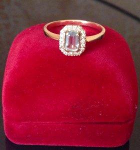 Кольцо золотое с топазом и фианитами